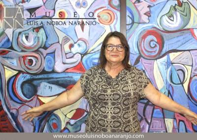 Larissa Oksman con una de sus obras